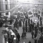 1941 Plaza de los Remedios desde la Calle del Cubo durante el incendio; la gente fue evacuando la zona y refugiándose con sus pertenencias aquí; a medida que el fuego avanzara habrían de retirarse más lejos. Al fondo, la zona de la plaza que desapareció