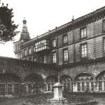 1932-1935 Claustro de la Catedral desde el noreste. A la derecha, el palacio episcopal, cuya torre asomaba sobre la Calle Cádiz