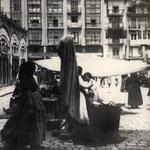 ¿Año? Mercado en la Plaza Velarde. A la izquierda, el Mercado de La Ribera; al fondo, La Ribera