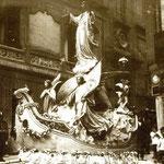 ¿Año? Procesión del Sagrado Corazón bajando por la Calle San José. A la izquierda, fachada lateral del Ateneo