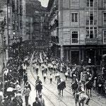 1914 Atarazanas desde el puente (durante el desfile del Batallón Infantil de Húsares)