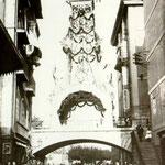 """1901 Comienzo de Atarazanas hacia el este. El puente está engalanado con motivo de la visita de Alfonso XIII a la ciudad. A la izquierda asoma el tejado de la """"Pescadería de Atarazanas"""""""