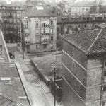 """¿Año? Calle Sevilla desde la Caja de Ahorros. A la izquierda, Escuela de Industrias (no ardió); a la derecha, """"Casas de Regato"""" (esquina noreste de la zona siniestrada); al fondo, San José y, antes de llegar a ésta, Sánchez Silva (actual Guevara)"""
