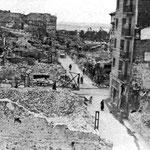 1941 Ruinas en torno a la Calle San Francisco desde el oeste. La calle que la cruza es Lealtad. A la derecha, Edificio Ubierna, que sobrevivió al incendio