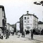 c. 1890 Plaza de Pi y Margall desde Jesús de Monasterio. El edificio del centro de la imagen sería derribado en los años 30, abriendo la plaza hacia el oeste