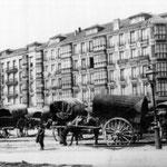 """1915 Inicio de Calderón de la Barca desde el sureste. Estos primeros edificios fueron los únicos que quedaron en pie tras la explosión del """"Cabo Machichaco"""" en 1893. Al fondo a la derecha se intuye la torre de la Catedral"""