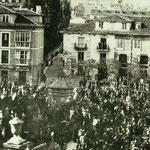 1885 Plaza de Pi y Margall desde el sur (durante la procesión de Viernes Santo). El edificio de la derecha es el convento de San Francisco; en primer plano, la Fuente de Becedo