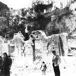 Años 40. Número 20 de la Calle Cádiz, donde se originaron las primeras llamas del incendio. Detrás, fachadas al sur de las casas de Ruamayor. ¿El paredón de piedra es un lienzo de la antigua muralla medieval?
