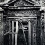 """Años 40. Piedras de la """"Puerta de los Mártires"""" ya numeradas para su desmonte. Esta puerta, junto con la escalinata, desapareció durante la """"reconstrucción"""" de la Catedral, que alteró todo el conjunto"""
