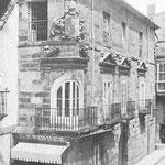 ¿Año? Palacio de Villatorre, en la esquina de la Plaza Vieja (en primer plano) y Santa Clara (a la derecha). Esta fotografía fue publicada en 1927, aunque su similitud con el dibujo de 1891 (ver después) sugiere que sea bastante anterior