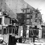 1941 Restos de la acera norte de Juan de Herrera. El edificio que se ve al fondo a la derecha corresponde a la esquina de Isabel II con San Francisco