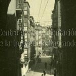 1920-1925 Calle del Puente desde el arco bajo la torre de la Catedral. Al fondo, Plaza Vieja