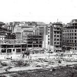 """Años 40. """"Reconstrucción"""" de la zona en torno a San Francisco. A la izquierda se ve la manzana superviviente del incendio, esquina de San Francisco y Puerta de la Sierra (subiendo hacia el Coliseum), que acabaría siendo derribada poco después"""