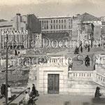 1941-1945 Entorno de la Plaza Vieja tras el incendio con las ruinas ya retiradas. En primer plano, las escaleras construidas tras la demolición del puente; al fondo a la derecha, restos del Palacio de Villatorre y de la iglesia de la Compañía