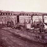 """c. 1867 Avenida de Alfonso XIII desde el sur. A la izquierda, edificio de la Aduana; a la derecha, """"La Dársena"""" y el Paseo Pereda"""