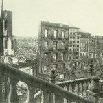 """1941 Restos de la Calle del Puente desde la """"Escalera de los Mártires"""". Por detrás se ven las ruinas de la zona de Atarazanas, con el Edificio Ubierna como único superviviente"""