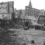 1941 Comienzo de los trabajos de desescombro tras el incendio. Esquina noroeste de la Plaza del Príncipe