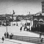 1890 Plaza Velarde desde el puente. A la derecha, Mercado de La Ribera