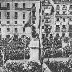 1880 Plaza Velarde durante la inauguración del monumento a Pedro Velarde (hoy en La Porticada) desde La Ribera. Al fondo, fachadas de la Calle Somorrostro