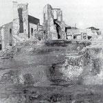 """1941 El Cerro de Somorrostro, donde una vez se alzó la Puebla Vieja, desde el oeste. Al fondo, de izquierda a derecha: Correos, """"Escalera de los Mártires"""", Catedral y Palacio Episcopal; en los bajos de éste se aprecia la Capilla de Santiago"""
