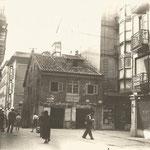 """1930 Calle Lealtad hacia el sur. En el centro, confluencia con la Calle San Francisco y """"Casa Tapón"""", derribada en 1936 junto con la manzana detrás de ella (la manzana entre Atarazanas y Colón)"""