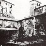 1941 Claustro de la Catedral desde el sureste. A la derecha, lo que quedó en pie del torreón tras el incendio; a la izquierda, ruinas del palacio episcopal neogótico