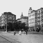 1910 Calderón de la Barca, a la izquierda, desde la Plaza de Bolívar. En el centro de la imagen, inicio de Méndez Núñez y, detrás, Palacio Episcopal; a la derecha, Hotel Europa