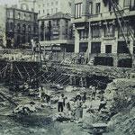 1944 Inicio de la construcción del lado este de la Plaza Porticada sobre lo que había sido la Plaza del Príncipe. Más allá, restos todavía en pie del Ateneo en la Calle del Arcillero