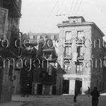 1912 Plaza de los Remedios desde el este. A la derecha, Calle del Cubo; hacia la izquierda, Lealtad y Puerta de la Sierra. Las casas que se ven en el centro de la imagen fueron derribadas en 1936, ampliando la plaza hasta Francisco de Quevedo
