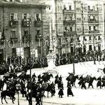 1908 Comienzo de la Avenida de Alfonso XIII, junto a la Aduana, desde la Plaza Velarde, durante la celebración del centenario del levantamiento del 2 de mayo de 1808
