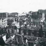 1941 Vista general desde la zona de Tantín hacia el sur. A la izquierda desciende la Calle Torrelavega; a la derecha, la Calle Santa Clara (con la Compañía en su inicio). En primer plano, Calle de Alsedo Bustamante; al fondo, la Catedral