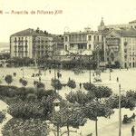 1916 Avenida de Alfonso XIII desde el comienzo del Paseo Pereda. En el centro, de izquierda a derecha, Hotel Europa, comienzo de la Calle Cádiz, Salón Pradera y Plaza de Velarde; detrás, la Catedral y, a su izquierda, Palacio Episcopal