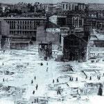 1942 Vista general de la zona desaparecida en el incendio desde el norte. Los escombros ya han sido retirados. A la izquierda, Edificio Ubierna; a la derecha, Los Jesuitas; en el centro, La Compañía