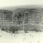 ¿1910? (tiene que ser algo anterior, pues aún existe el viejo puente) Plaza Velarde desde el este. A la izquierda, Mercado de La Ribera (desaparecido en un incendio en 1917)