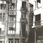 Años 40. Tramo aún en pie de Puerta de la Sierra desde la nueva Juan de Herrera (a la derecha, edificio de ésta ya en construcción). Estos edificios serían derribados poco después para abrir la nueva calle hacia el Ayuntamiento