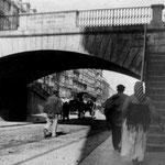 ¿Año? El viejo puente de Vargas desde Atarazanas. Al otro lado del puente, La Ribera