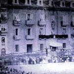 """1861 Edificio de la Aduana desde """"La Dársena"""" durante la visita de Isabel II a la ciudad. Las fotografías de esta visita son las más antiguas que se conocen de Santander"""