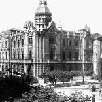 1928 Plaza de Pi y Margall desde el sur. En el centro, el Ayuntamiento; a su derecha, iglesia de San Francisco; a la izquierda, se está procediendo a la unión y ampliación de los edificios en la esquina con Escalantes