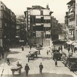 1936 Comienzo del derribo de las dos manzanas entre Atarazanas (izquierda) y Colón y Juan de Herrera (derecha) desde el puente. A la izquierda, el Mercado de Atarazanas