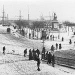 1884 Plaza Velarde nevada desde el puente. A la derecha, Mercado de La Ribera