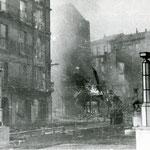 1941 Atarazanas ardiendo desde el este. Las casas del fondo pertenecen a la Calle Cuesta, límite del incendio por esta zona