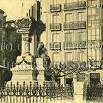 1912 Monumento del Machichaco. Detrás, confluencia de Calderón de la Barca, Arce Bodega (actual Isabel II) y Méndez Núñez. A la izquierda, el Hotel México (sobrevivió al incendio)