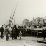 """1908 Vista general desde el muelle (durante un incendio abordo del vapor """"Elvira""""). Al fondo, a la derecha, Avenida de Alfonso XIII, con el Salón Pradera recién construido"""