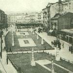 1939 Atarazanas (izquierda) y Juan de Herrera (derecha) desde el este, sin la manzana que las separó hasta 1936. Las peculiares farolas se aprovecharon de la Feria de Muestras celebrada unos años antes en la Alameda
