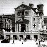 c. 1945 La iglesia de La Compañía ya reconstruida, aunque todavía no se ha vuelto a levantar la nave oeste, derribada en 1936. A la izquierda, los restos del Palacio de Villatorre (da la impresión de que, en un primer momento, se quiso preservarlos)