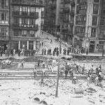 1945 Urbanización de Jesús de Monasterio, tras el incendio, desde el norte. Los dos edificios a la izquierda de la imagen (esquina con Cuesta del Hospital) fue lo único que quedó en pie de Atarazanas, siendo derribados posteriormente