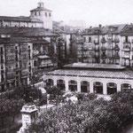 ¿Año? Plaza Velarde desde el noreste. A la izquierda, Calle Somorrostro; en el centro, Mercado de La Ribera (desaparecido en un incendio en 1917); detrás, la Catedral; a la derecha, inicio del puente de Vargas
