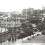 """1905 Vista general de la zona de los Jardines de Pereda durante la """"Exposición Provincial Agrícola e Industrial"""". Al fondo, a la derecha, Avenida de Alfonso XIII"""