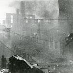 1941 Cuesta de Gibaja, aún en llamas, desde Atarazanas. Al fondo, restos de Ruamenor. A la izquierda, entrada hacia la Calle del Rincón
