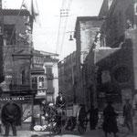 1936 Extremo norte de la Plaza Vieja. Se está comenzando el derribo de la nave oeste de la iglesia de La Compañía, con la intención de ampliar la calle Santa Clara (tras el incendio, la nave fue reedificada). A la izquierda, Palacio de Villatorre